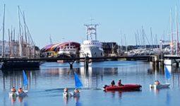 Optimist évoluant sur l'eau au Bassin des Chalutiers